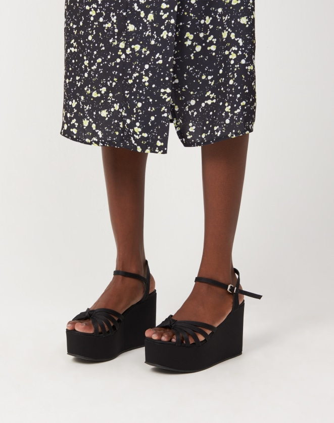 Sandália preta é peça coringa e indispensável