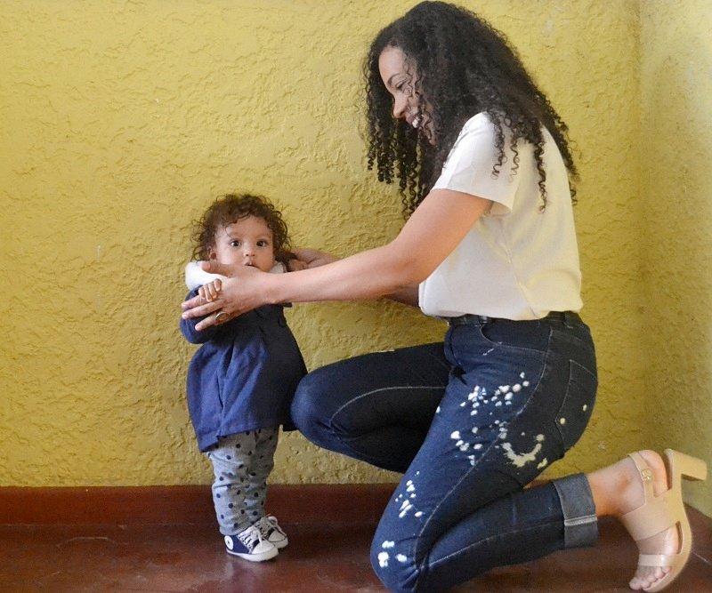 Look do dia básico de mãe e filha